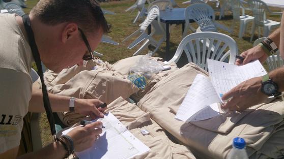 Per Lennartsson och L-G Nyholm sorterar t-shirts