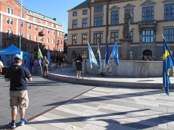 Ann-Sofie Wågström välkomnar Veteranmarschen till Eskilstuna framför Stadshuset