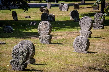 Under dessa gravstenar intill kyrkan ligger klostrets nunnor begravda. Foto: Jørgen Bresson