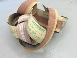 Ur Jenny Magnussns utställning SPILL. Skulptur. Bandslippaper.