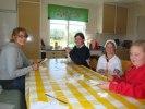 Ellli, Maria, Marielle och Linnea klipper gardiner till gammelhuset.
