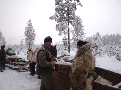 Micke och Sigurd tar sig mat ur färdskrinet