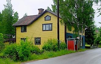 Huset år 2001, så som det såg ut när Åsa Bergeå köpte det. Åsa är nuvarande ägare och har gjort ett stort arbete med renovering av huset.
