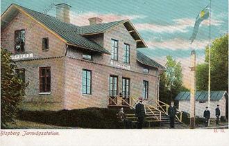 Handkolorerat vykort från Bispbergs station. Notera hur personalen har ställt upp i uniform.
