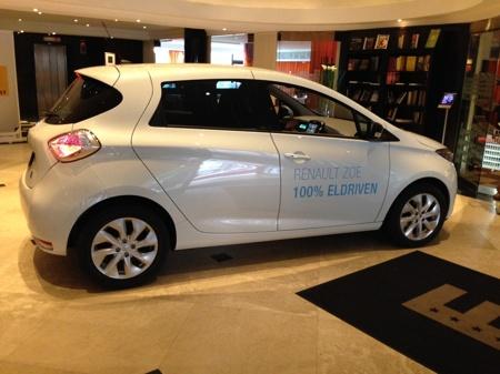 Zoe parkerad i lobbyn Park Aveny Göteborg