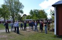 Här berättar Bengt-Åke Persson för ett antal besökare om bakgrunden och händelser i samband med utlämningen.
