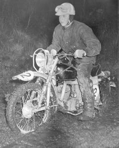 Silverpilen blev omedelbart attraktiv som tävlingsmaskin i motocross, enduro och trial. Flera firmor tillhandahöll trimningsdetaljer för olika ändamål. Rolf Stagman var en framgångsrik Husqvarnaförare i bland annat Sixdays.    Foto: Stewe Andersson