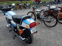 Kontrasterna var många. Här en 98cc bredvid en Suzuki GS 1000 S