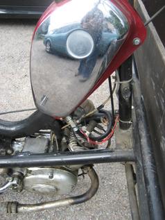 Närbild på HPD:ns maskineri. Originalmotorn är ersatt av en fläktkyld, treväxlad Sachsmotor från 1965. Tanken kommer från en Rex. Årsmodellen på ramen kan vara sent 60-tal.