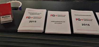 Några av årsmöteshandlingarna och röstkorten, som gick i PGs klarröda färg.