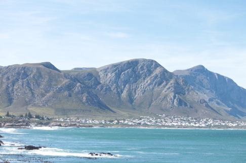 I Hermanus kan man se Gansbaai på andra sidan Walker Bay. Bild: David C. Bernvi.