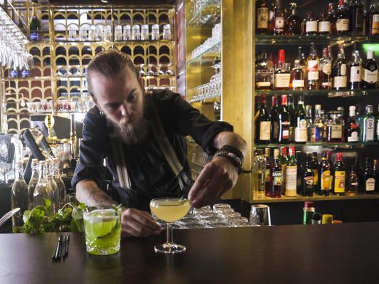 Petter visar sig vara en hejare på drinkar liksom ölkännare av stora mått