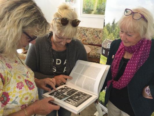 Minns ni 80-talet? Ingela Bernstein, fd turistbyråchef i Växjö, Sofie Magnusson, numera VD på Huseby Bruk  funderar tillsammans med Kerstin.