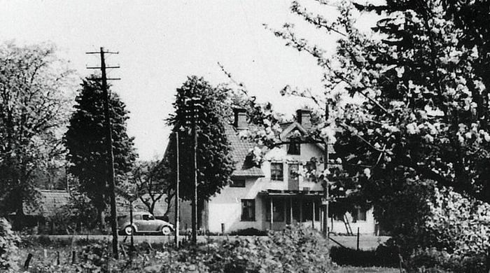 A. 35 (3) Endast digital bild! Gärdhem, foto från 1960-talet vid ombyggnad av balkongen över skyltfönstren och magasinet som syns i bakgrunden till vänster. Knut Ohlsson hade för tiden cykelverkstad i uthus längre till höger - österut. Bilden tagen från järnvägsparken tillhörande Varnhems järnvägsstation, med stationsvägen parallellt på västra sidan häcken. Gärdhem byggdes på platsen för det som var Fiskaregårdens hustomt före laga skiftet 1853. Markbiten för det som blir Gärdhem tillhör vid tiden Simmesgården och säljs av Gustaf och Hanna Sjöstedt till Olof Josef Sjöholm och hans hustru Helena Sjöholm enligt köpekonttrakt 1914-06-17. Villkoret för tillträdet var att rågskörden dock hade bärgats av säljaren. Olof Josef Johansson Sjöholm var slaktare och född den 2/1 1868. 46 år gammal bygger han så Gärdhem som affärsbyggnad - troligen slakteributik - samt bostadsdel, med flera lägenheter och flyttar in 1915-02-12. Insatt av Kent Friman, 2014-02-17. Läs mer på www.saj-banan.se!