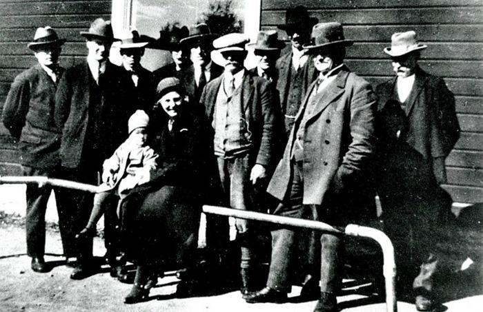 F. 10 Styrelsen för Varnhems Kooperativa handelsförening på 1920-talet. Från höger; Arvid Bäckström, Bäcktorp, Alfred Lundström, Ähle gård, Karl Bergqvist, Åsa samt Karlsson i Prästbacken (med kepsen) - övriga kan inte identifieras. Läs mer på www.saj-banan.se!Styrelsen för Varnhems Kooperativa handelsförening - Konsum - på 1920-talet. Från höger; Arvid Bäckström, Bäcktorp, Alfred Lundström, Ähle gård, Karl Bergqvist, Åsa samt Karlsson i Prästbacken (med kepsen) - övriga kan inte identifieras - någon av dem är då Gustaf Sjöstedt som undertecknade dokumentet ovan. Insatt av Kent Friman, 2014-08-12.
