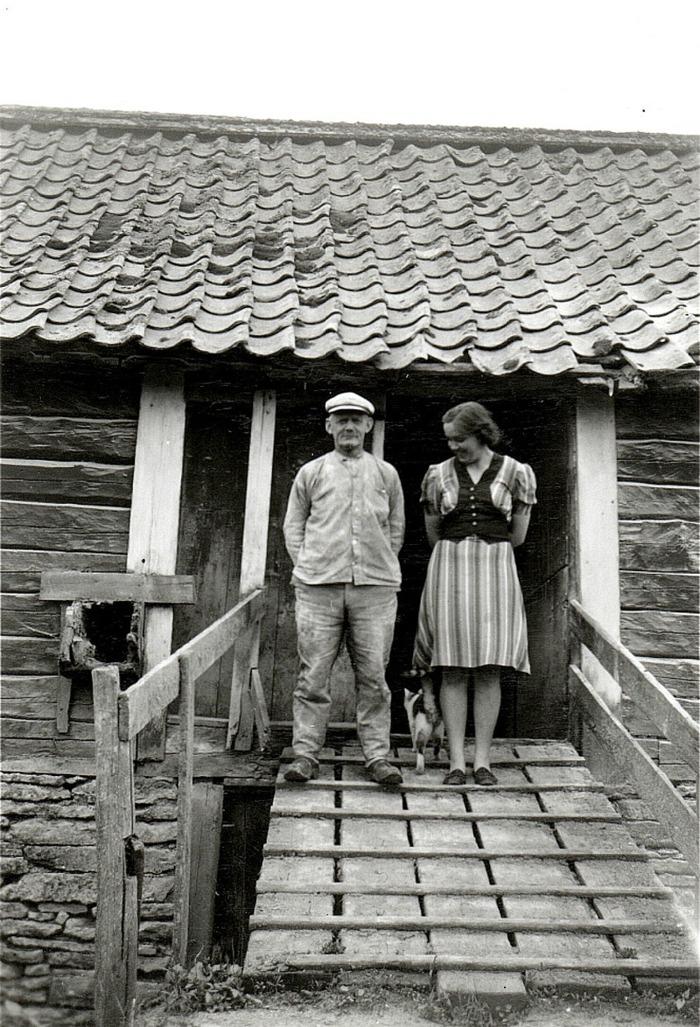 A. 11 (2) Mjölnaren Otto Gustafsson, född 1875 och sonhustrun Inga-Britt vid Bille Kvarn i Varnhem. Insatt av Kent Friman, 2014-02-17. Läs mer på www.ljungstorpshistoria.se - under A. 8 a Pickabacken!