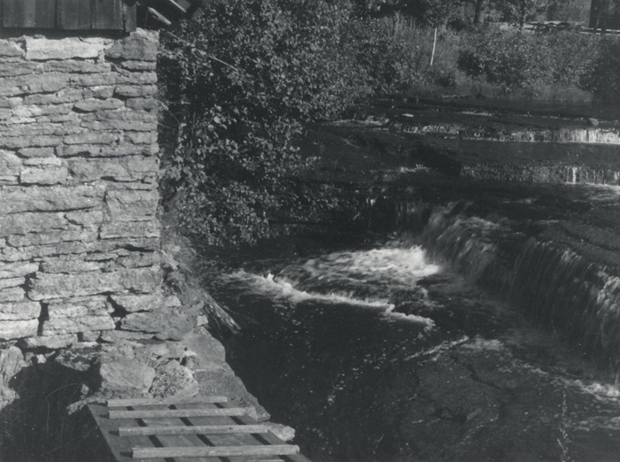 A. 13 (2) Bille kvarn, vattenfallet, som av senare ägare ökades till 7 meters fallhöjd för drivandet av en vattenturbin. Foto Nils Lann, 1930. Insatt av Kent Friman, 2014.02-17. Läs mer på www.ljungstorpshistoria.se - under A. 8 a Pickabacken!