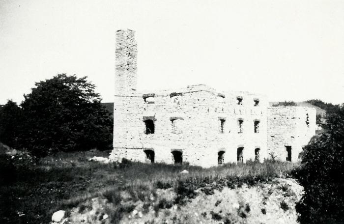 A. 30 (2) Ulunda kvarn runt 1930. Ruinen av Ulunda kvarn. Kvarnen byggdes i slutet av 1800-talet och ägdes av Ernst T. Jungner i Skara. Här framställdes havregryn bland annat. Kvarnen drevs med vattenturbin med vid liten vattentillgång användes ångkraft. Ångpannan eldades med skiffer i två tolvtimmarskift. Kvarnen brann ner 1923. Insatt av Kent Friman, 2014-02-24.