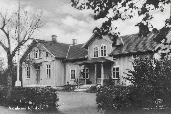 A. 18 (2) Klosterdahl som folkskola 1920-tal. Nu med flaggstång på skolplanen! Foto; Förlag Anton Larsson, Varnhem Insatt av Kent Friman, 2014-02-17. Läs mer på www.saj-banan.se!