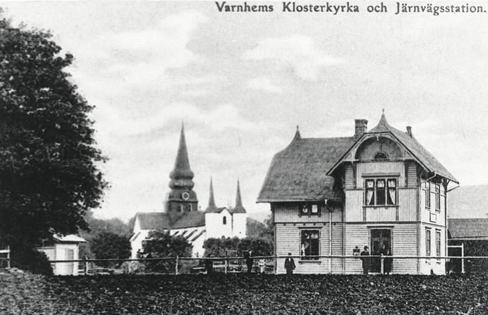 """A. 25 (2) Järnvägsstationen 1904-1906. Lägg märke till den stora gaslyktan på husväggen. Stationshuset byggdes till med en extra """"flygel"""" omkring 1908. Insatt av Kent Friman. 2014-02-17. Läs mer på www.saj-banan.se!"""