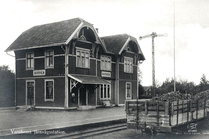 A. 27 (1) Varnhems station på 1930-talet. Vagnar med sockerbetor från Ökull till Lidköpings sockerbruk. Insatt av Kent Friman, 2014-02-24. Läs mer på www.saj-banan.se!