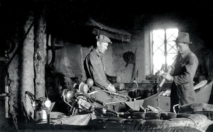 E. 12 Arbete i Tomtens smedja 1921. Lägg märke till fönstren. Insatt av Kent Friman, 2014-03-04.