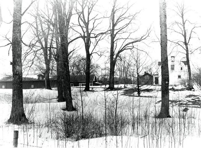 A. 43 Endast digital bild. Millomgårdens tidigare mark med bostadshus framför Sörgårdens nuvarande byggnader. Foto Bo Ramviken. Bild från Gudrun Ramviken, Sörgården, Varnhem, 2014. Insatt av Kent Friman, 2014-04-27
