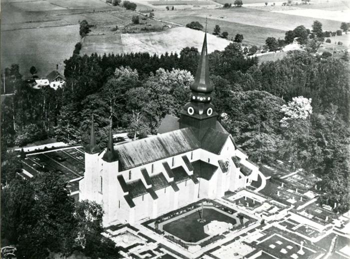 B. 4 Flygbild över klosterkyrkan med omgivning 1935. Insatt av Kent Friman, 2014-02-25.