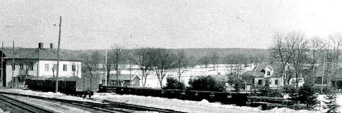 A. 36 (4) Endast digital bild! På den här bilden från 1960 kan man se Café Runhems läge i förhållande både till affären, Nydal, och att det låg med gavelsidan mot landsvägen - jämför foto ovan! Här syns också norr om huset (vänster om) den verkstadslokal Knut Ohlsson lät bygga för sin cykelverkstad 1925 - en rejäl satsning för arbete och familj 1925. Varnhems allmänna bastu (skolbastu) - mellan Nydal och Runhem på bilden - låg ett stycke rakt in utefter gränsen för Runhem, norrut och som syns på bilden ett stycke bortanför, med den stora parkeringsplanen framför. Insatt av Kent Friman, 2014-02-24. Läs mer på www.saj-banan.se!