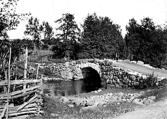 B. 9 (2) Endast digital bild! Gamla Fermabron byggdes under sent 1800-tal. Här på bilden helt nybyggd Fermabro en bra tid efter 1870 års vägbygge (eg. färdig 1867) mellan Varnhem - Skövde.Troligen fotograferad 1890-tal. I så fall byggdes inte stenbron förrän ca 20 år efter vägbygget. Vägen i förgrunden - foto med glasplåt (sprucken-något retuscherad av KF). Man kan se att vadet över bäcken fortfarande finns hitom bron nu iordningställt efter brobygget. Det bäckavad som gett namn till torpet Vadet som uppfördes som första hus till höger utmed vägen upp mot Ljungstorp - se karta ovan! (Bild Västergötlands Museum - bildarkiv/bildnummer: A69639). Insatt av Kent Friman, 2014-02-25. Läs mycket mer på www.ljungstorpshistoria.se!