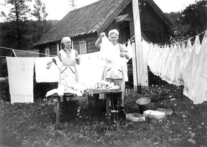 C. 2 (3) Endast digital bild! Tvätthängning vid Billekvarn 1940-talet. Sonhustrun till mjölnaren Inga-Britt Gustafsson till höger. Insatt av Kent Friman, 2014-02-25. Se mer på www.ljungstorpshistoria.se - A. 8 a Pickabacken!