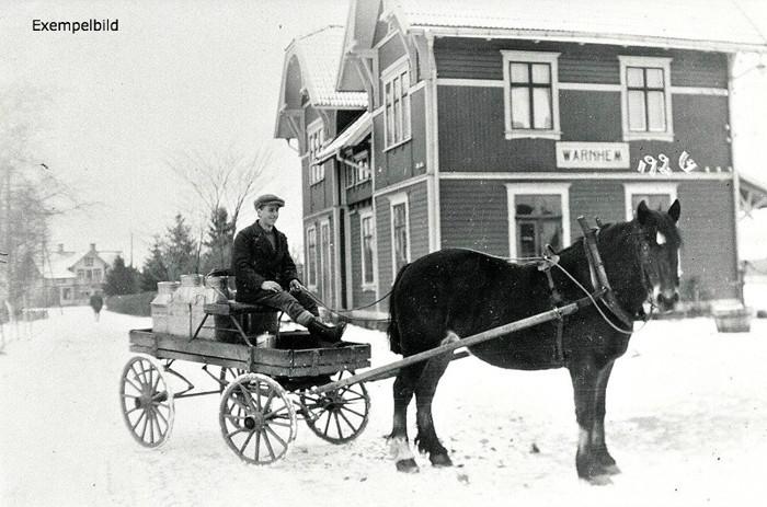 Kusk Georg Lindström. Hålltorps mjölkskjuts år 1926. Lägg märke till den frusna vattenpumpen för vattning av hästarna!