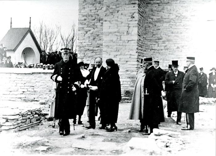 D. 6 (2) Endast digital bild. Konungen gör entré i klosterdelen av kyrkoområdet, som påbörjats med utgrävning. Bild från Gudrun Ramviken, Sörgården, Varnhem, 2014. Insatt av Kent Friman, 2014-04-27
