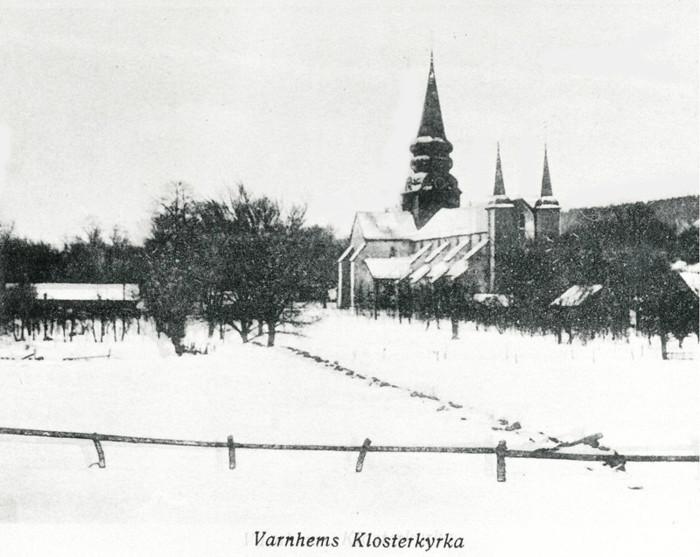 D. 10 (1) Klosterkyrkan vintertid med kyrkstallet kvar och kyrkstigen dold under snön. Insatt av Kent Friman, 2014-02-27.