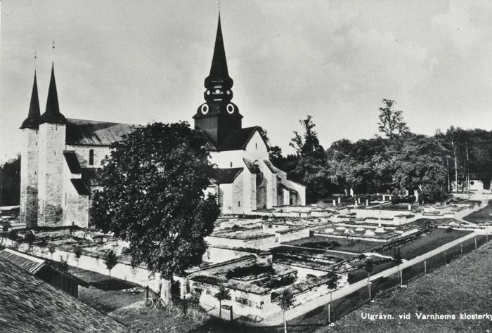 D. 10 (2) Utgrävningarna på 1920-talet av klostret är färdiga och presenteras på vykort! Gravarna är bortgrävda och en del av klosteranläggningens nedre delar exponeras.Bilden tagen från taket av ladugården till Ryttaregården. Insatt av Kent Friman, 2014-02-27.