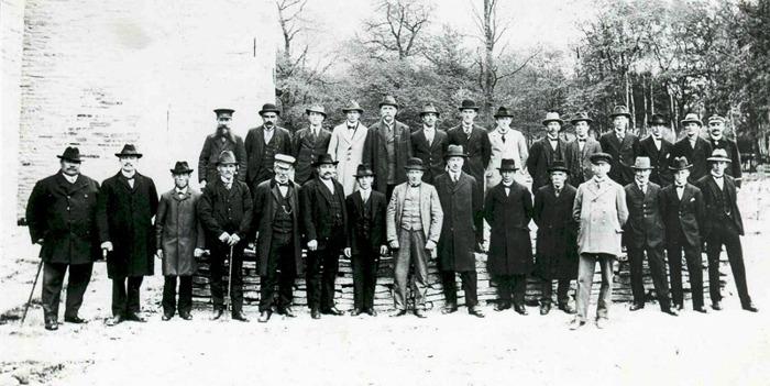 D. 13 (1) Ett gruppfoto på dem som på ett eller annat sätt var engagerade i kyrkan och dess restaurering 1918-1923. Se namn nästa foto! Insatt av Kent Friman, 2014-02-27.