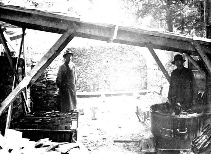 D. 14 (1) Tjärkokning för ekspån till kyrkans tak redan 1917. Insatt av Kent Friman, 2014-02-27. Läs mer på www.saj-banan.se!