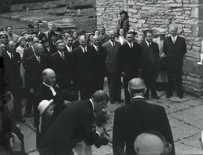 D. 18 (1) Blommor till kungen från små händer! Mellan prosten Ahlner och biskopen Rudberg. Insatt av Kent Friman, 2014-02-27.