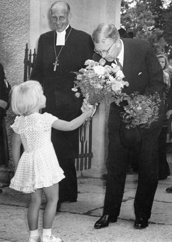 D. 17 (4) Lilla fröken Eva Hermansson överlämnar blommor till kung Gustaf VI Adolf i entréporten till kyrkan. Biskop Rudberg ler stort. Insatt av Kent Friman, 2014-02-27. Klicka på bilden för att se den mindre!