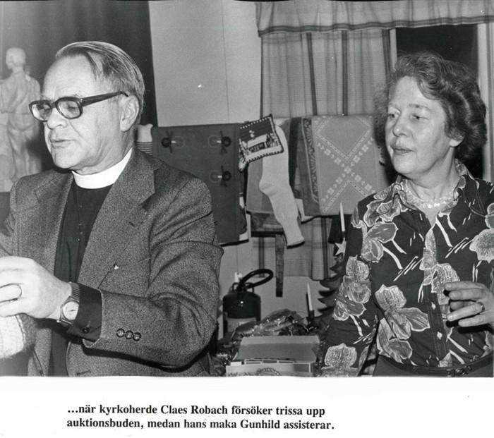 D. 32 Endast digital bild. Kyrkoherden Claes Robach med assisterande maka Gunhild fungerar som auktionsutropare. Foto Bo Ramviken. Bild från Gudrun Ramviken, Sörgården, Varnhem, 2014. Insatt av Kent Friman, 2014-04-27