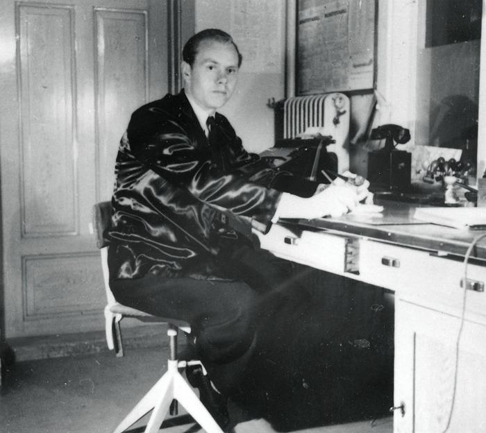 E. 7 (1) Roland Johansson anställdes vid stionen 1954. Här en bild från tiden som stations- och postbiträde under 1950-talet. Insatt av Kent Friman, 2014-03-02. Läs mer på www.saj-banan.se!