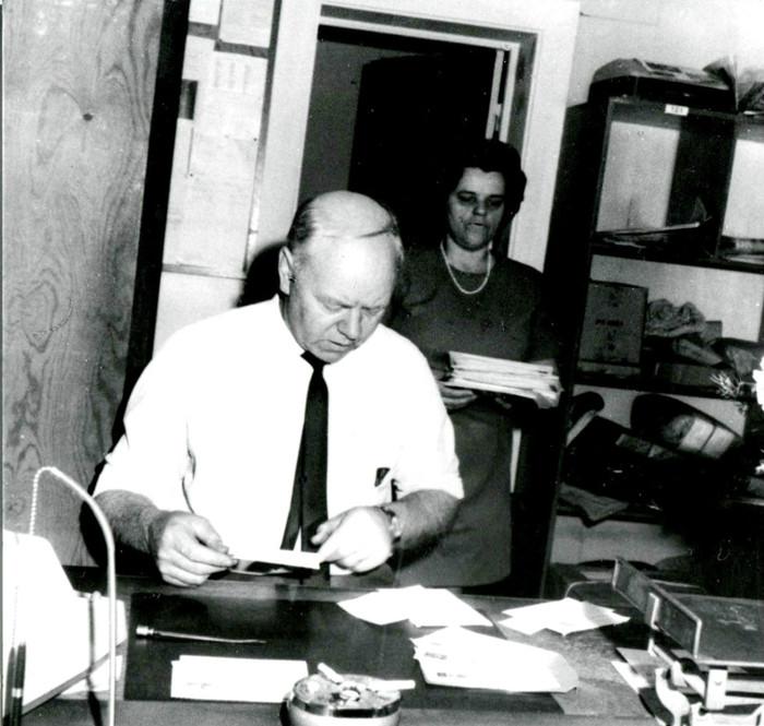 E. 7 (2) Roland och Stina JOhansson på Varnhems postkontor på 1980-talet. Foto Eva Johansson. Insatt av Kent Friman, 2014-03-02. Läs mer på www.sxaj-banan.se!