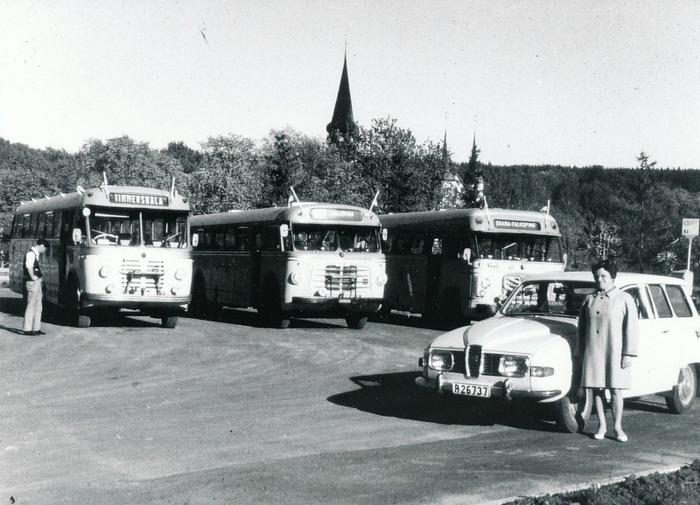 E 8 (1) Busshållplatsen i Varnhem 1969. Stina Johansson avlämnar daens post för vidarebefordran per buss. Foto Roland Johansson. INsatt av Kent Friman, 2014-03-02. Läs mer på www.saj-banan.se!