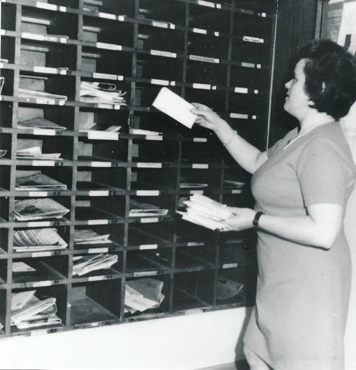 E 9 (1) Stina jOhansson sorterar post i facken. Fram till 1971 fick byborna i Varnhem hämta sin post i fack på stationen. Insatt av Kent Friman, 2014-03-02. Läs mer på www.saj-banan.se!