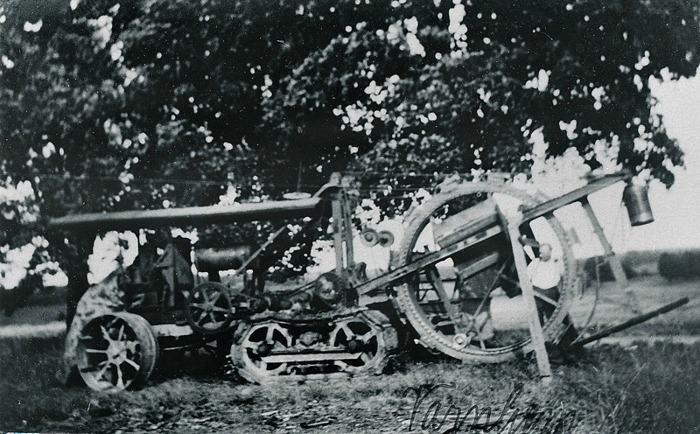 E 11 (1) Nedläggning av telefonkabel i vägen mot Öglunda 1921. Buckeye Ditcher,   är  namnet på denna maskin med stort hjul.  Amerikansk konstruktion. (Fakta Tore Blom, www.rubens.se - 2015-03-11) Insatt av Kent Friman, 2014-03-02.