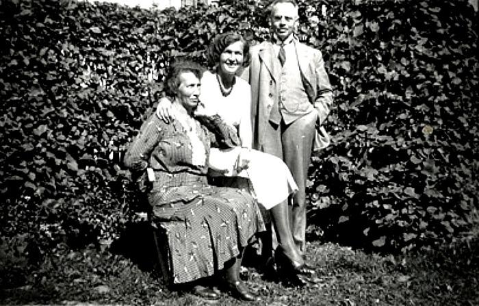 G. 57 Endast digital bild. Familjen Engstrand i berså söndagen den 28/8 1932. Bild från Gudrun Ramviken, Sörgården, Varnhem, 2014. Insatt av Kent Friman, 2014-04-26