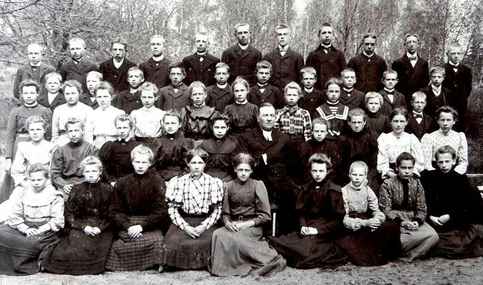 Kyrkoherde Verner med konfirmander 1908 i Ransberg. Bland dem Lars Olof Larssons, Timmersdala, far - bakre raden längst till höger. Insatt av Kent Friman, 2015-04-20