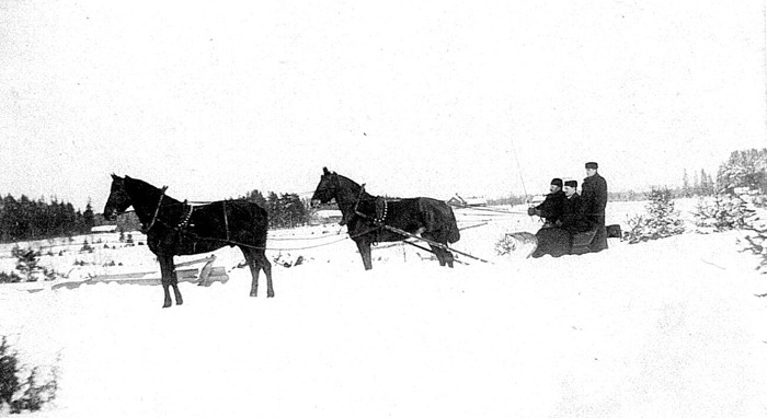 Bild från Carl Arvid vars farfar Carl Tell kör släde vid Ökull med två hästar i rad. De andra två lantbrukselever. Insatt av Kent Friman efter fotokväll 2015-09-17