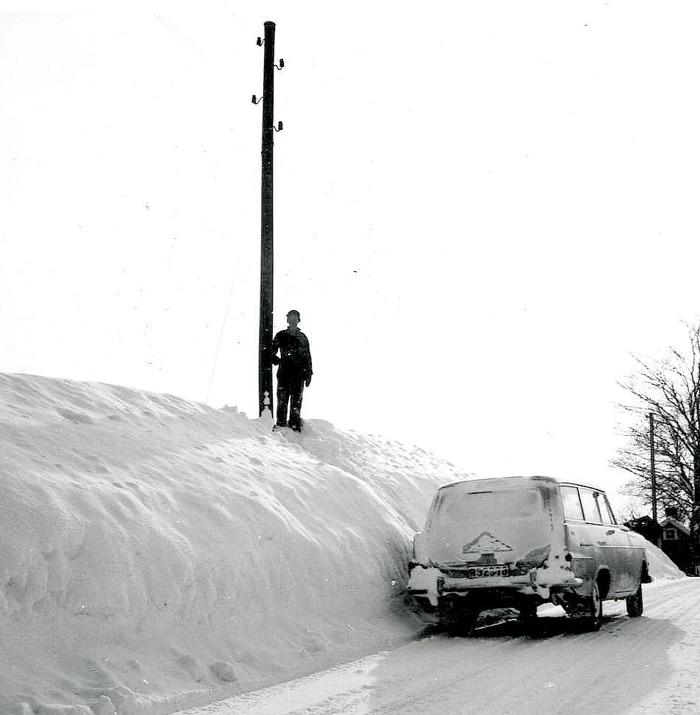 Bild från Carl Arvid Tell. Öglunda vägen vintern 1966 med Carl Arvid som mätare på snömängden med sin bil. Holgers stuga i bakgrunden (mot Varnhem). Insatt av Kent Friman, efter fotokväll 2015-09-17