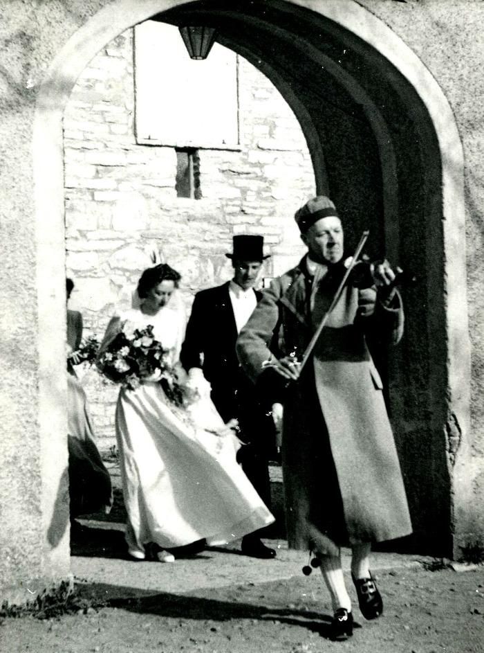Bild från Ulla Berg, född Lann. Nils & Margit gifter sig i Varnhems Klosterkyrka 17/5 1947, Hugo Falk spelar fiol. Insatt av Kent Friman efter fotokväll 2015-09-17